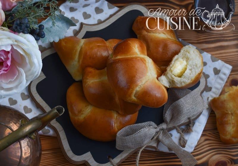 croissants briochés moelleux fourrés à la crème pâtissière