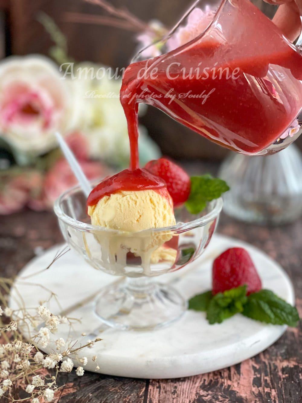 coulis de fraises maison facile servie sur une boule de crème glacée à la vanille