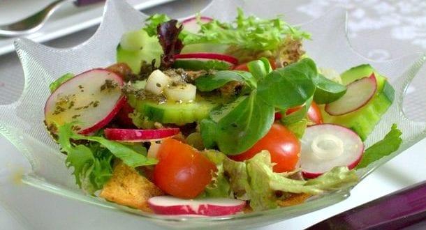 fattouche: salade libanaise au pain grillé