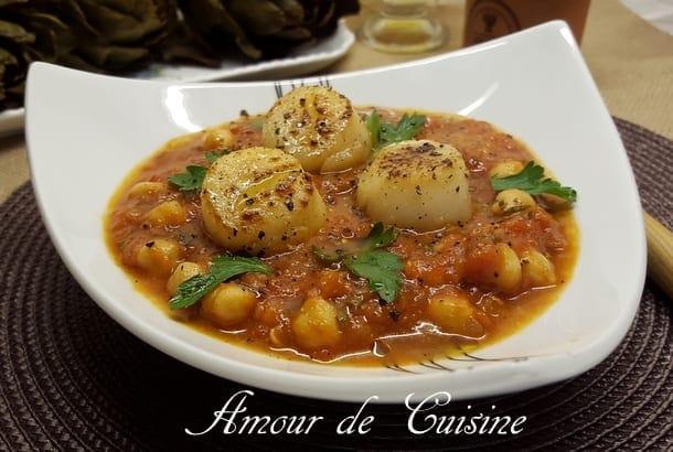 noix de saint jacques sur sauce tomate aux poischiches