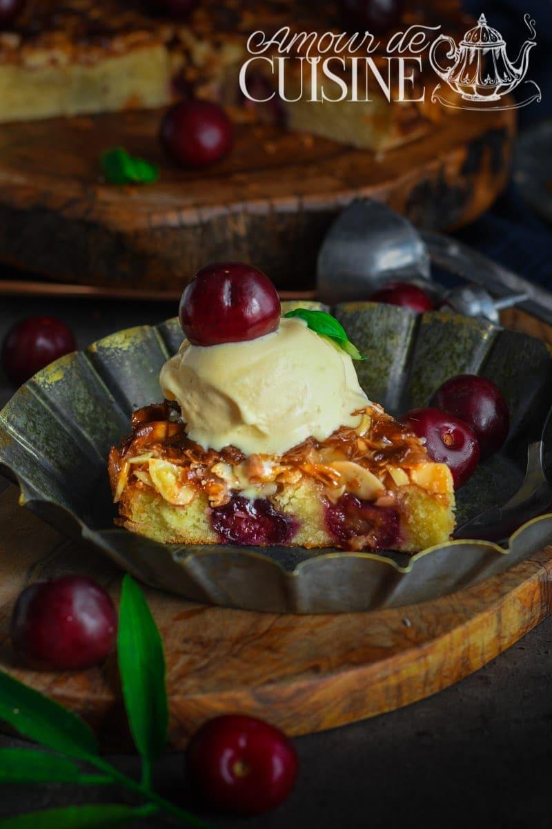 gâteau suédois aux cerises et amandes caramélisées