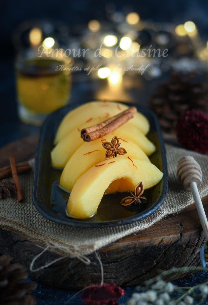 Coings pochés aux épices et safran