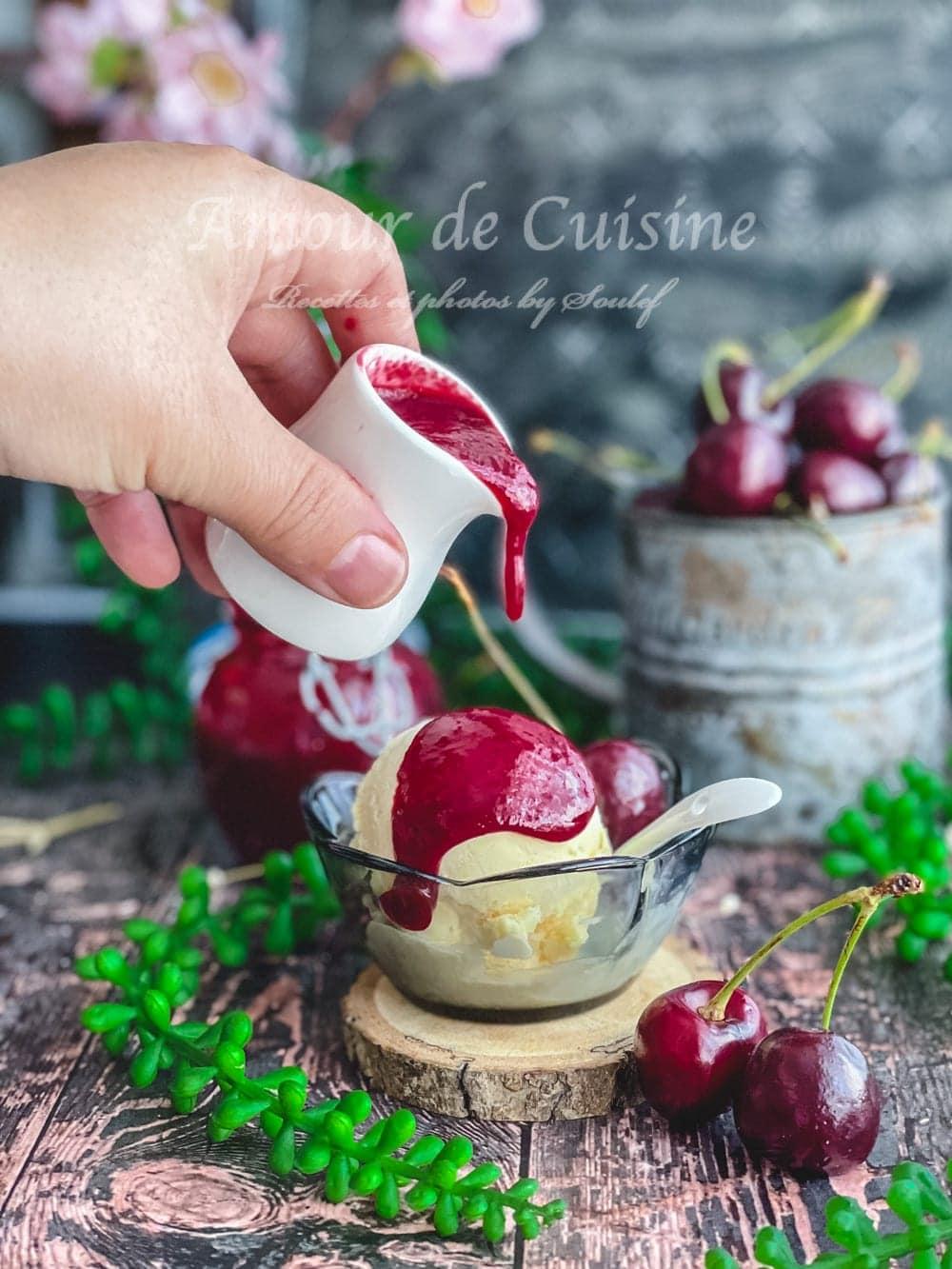 Recette du coulis de cerises facile, une boule de glace à la vanille garni de coulis de cerise